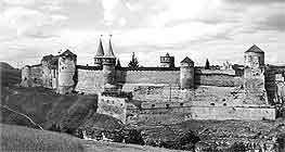 Мала Південна вежа № 1 на зламі оборонних мурів долішньої південної тераси Старого замку.